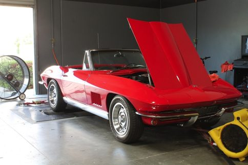 Video: Installing Edelbrock's E-Street EFI On A Classic Corvette